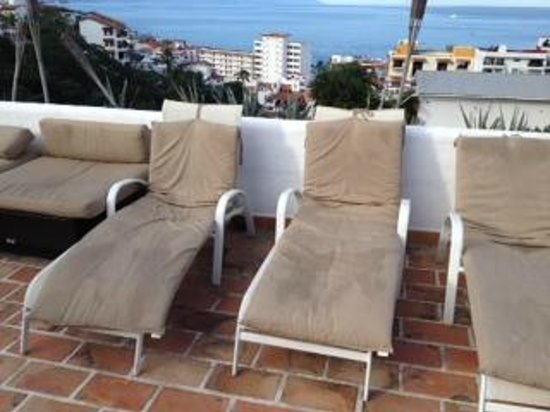 Amaca Hotel: Chair around the pool (need to be clean or change)