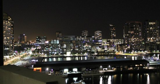 Grand Mercure Docklands: Night View from the apartment we stayedin