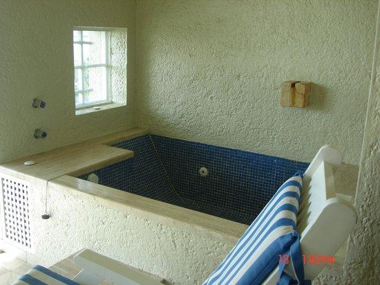 Club Regina Cancun: Jacuzzi tub in balcony