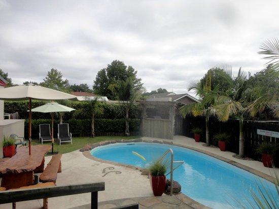 Sport of Kings Motel: pool area