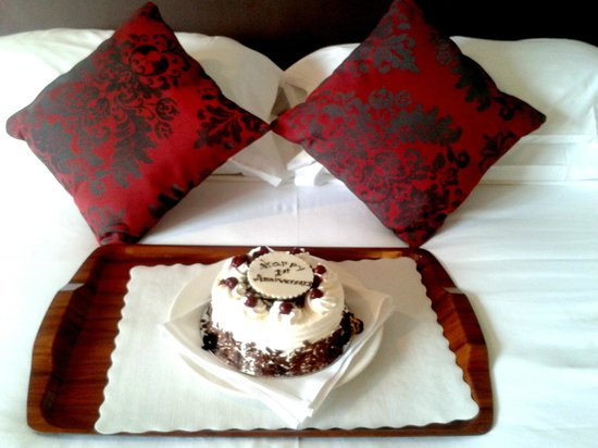 North Sydney Harbourview Hotel: Our Anniversary cake provided by the hotel with just $30 extra and cake tastes truly high class