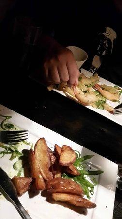 Aqui : entradas, tempura de camarón y papas con aioli