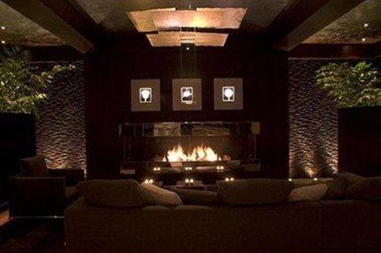 إنجليش إن: dining room fireplace