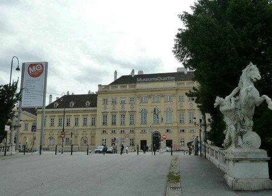MuseumsQuartier Wien: ミュージアムクォーター入口。このゲートをくぐると広場がある。