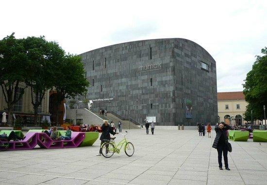 MuseumsQuartier Wien: ミュージアムクォーター広場の様子。ベンチのデザインがユニーク