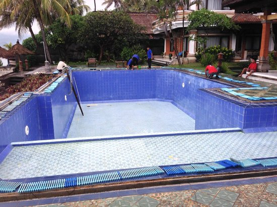 The Rishi Candidasa Beach Hotel: La piscinne est maintenant nettoyée et  prête à être remplie