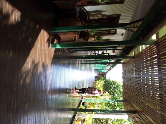 Cable Beach Club Resort & Spa: Walk way to reception