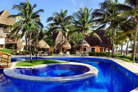 Mahekal Beach Resort: Pool am Frühstückssaal