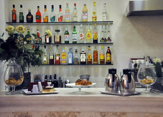 Hotel Palazzo Ognissanti : Barra para tomar gratis un café o picar un bocadillo. Todo buenísimo.
