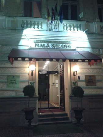 Hotel Mala Strana : Entrance by night