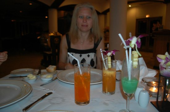Top Of The Reef at Cape Panwa Hotel : Cocktails flowing