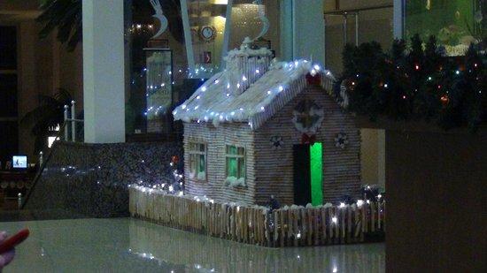 Sealife Family Resort: Новогодний домик - украшение отеля к НГ
