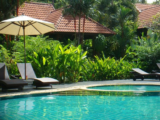 Chaw Ka Cher Tropicana Lanta Resort: poolside with rooms behind