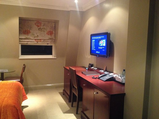 Radisson Blu Edwardian Grafton Hotel: TV and desk with iPod radio etc