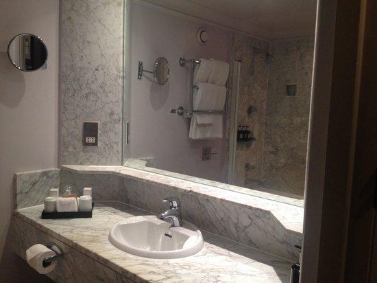Radisson Blu Edwardian Grafton Hotel: Sink area in bathroom