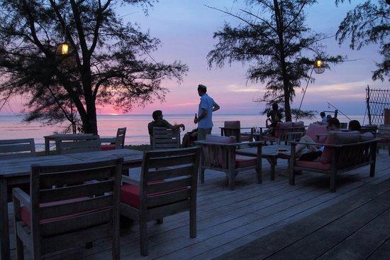 Mango Bay Resort: Sunset at the bar