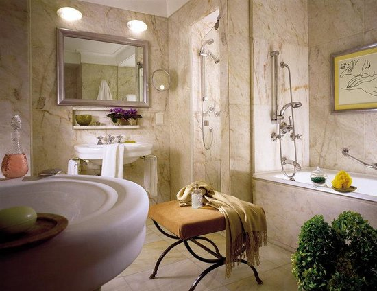 Four Seasons Hotel Ritz Lisbon: LIS Bathroom