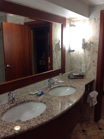 Radisson Blu Grand Hotel, Sofia : großer Waschtisch
