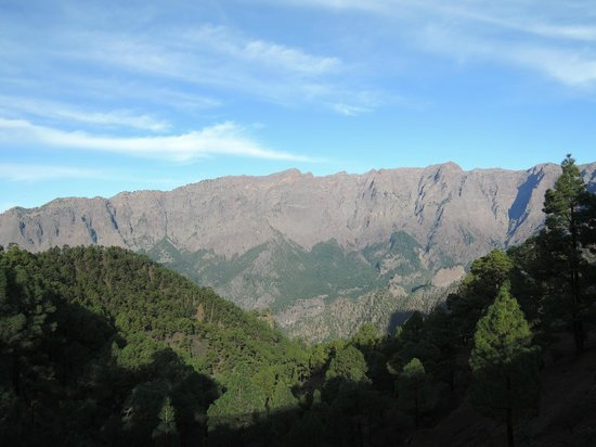 Caldera de Taburiente National Park: Blick geradeas auf den Los roques Muchachos mit seinen Sternwarten