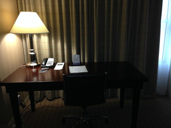 Sheraton Fort Worth Downtown Hotel: Desk area