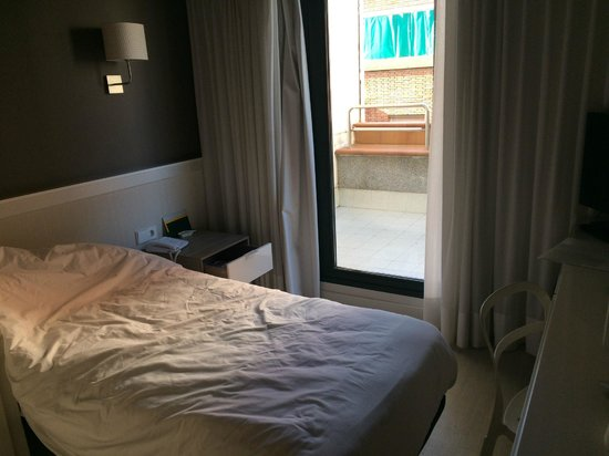 Hotel Paral - lel: Вид на балкон (номер выходит на тихую маленькую улицу)
