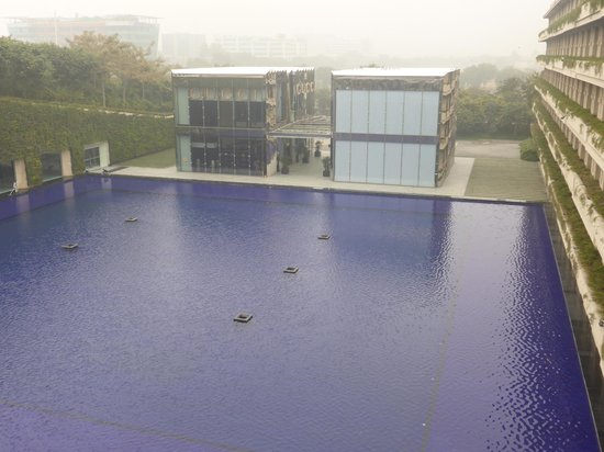 The Oberoi, Gurgaon : Reflection Pool and Shopping Arcade