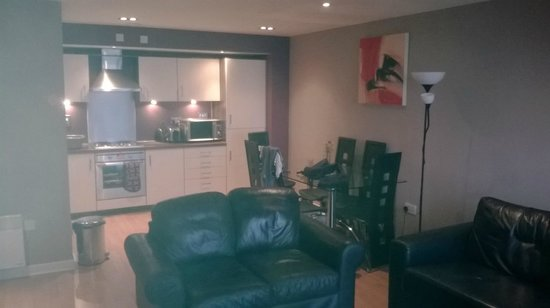 Hot-el-apartments Edinburgh Waterfront: Kitchen / Living Room