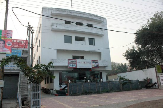 Hotel Sheela Shree Plaza: Front view of the hotel from Kanpur road