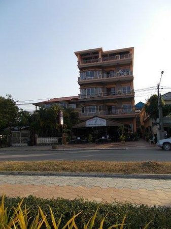 Kampot Riverside Hotel: View hotel from outside path