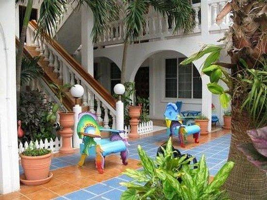 Blue Tang Inn: Exterior