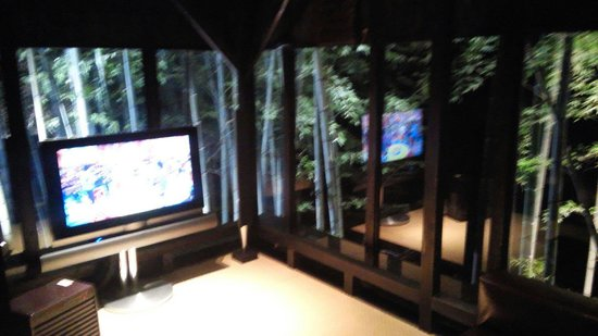 Takefue: 小夜のシアタールームです。 竹に囲まれた気持ちになれるお部屋です。