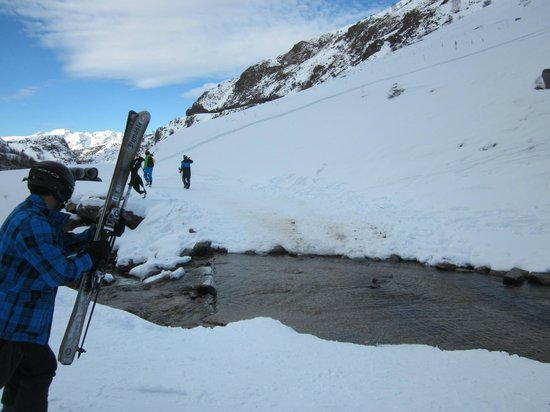 Alpe d'Huez Grand Domaine Ski : Sarenne - A New kind of Black - Stream  to manoeuvre across. Where is the snow?