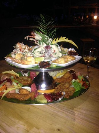 Aquana Beach Resort: Seafood platter by the pool