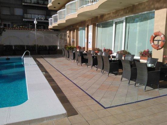 Hotel Volga: Limited Poolside area