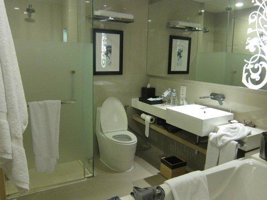 Four Points By Sheraton Bangkok, Sukhumvit 15: Bathroom, spacious