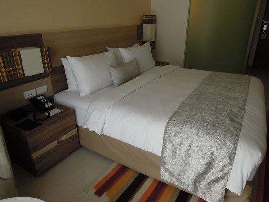 Holiday Inn Express Phuket Patong Beach Central : ダブルベッドの部屋は広く清潔