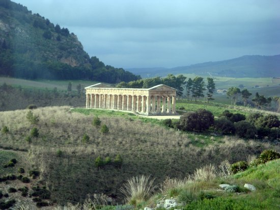 Tempio di Segesta : Picture of the temple taken from the bus