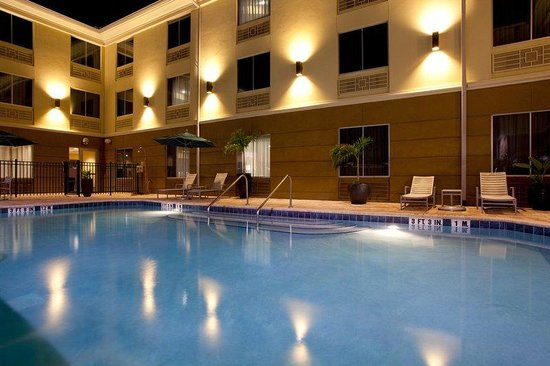 Holiday Inn Express: Swimming Pool at Night