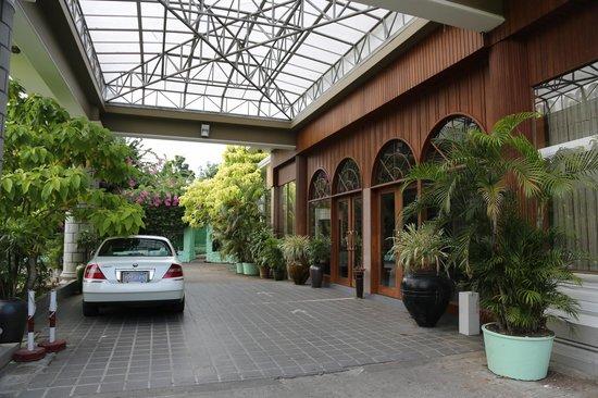 Yuzana Garden Hotel: Пандус