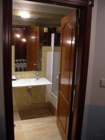 Hotel Castillo de Gauzón: The bathroom