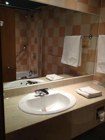 Sandman Signature London Gatwick Hotel: Bathroom