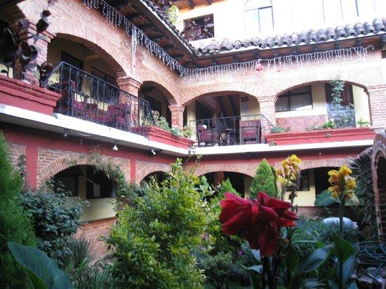 Hotel Palacio de Moctezuma : Rooms surrounding the courtyard