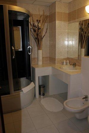 Hotel Medium: spacious bathroom