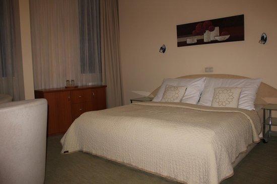 Hotel Medium: large bed