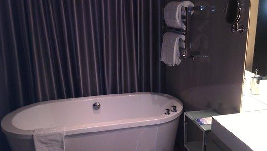 Melia Braga Hotel & Spa: Banheira ao pé da cama