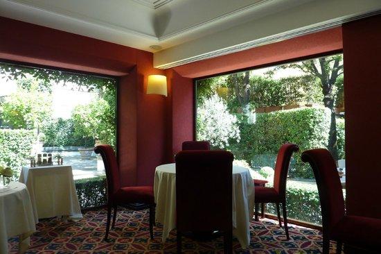 Hotel Regency: Restaurante interno com vista ao jardim