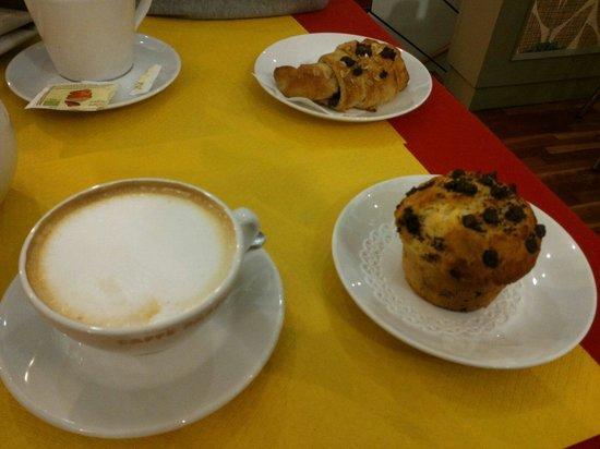 Sweet Irene: Colazione con cappuccio, muffins e brioches al farro con cioccolato