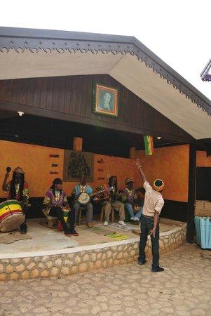 Bob Marley's Mausoleum: Orchestre et guide -
