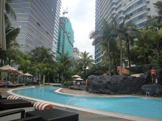 Hilton Kuala Lumpur: Swimming pool on the 8th floor