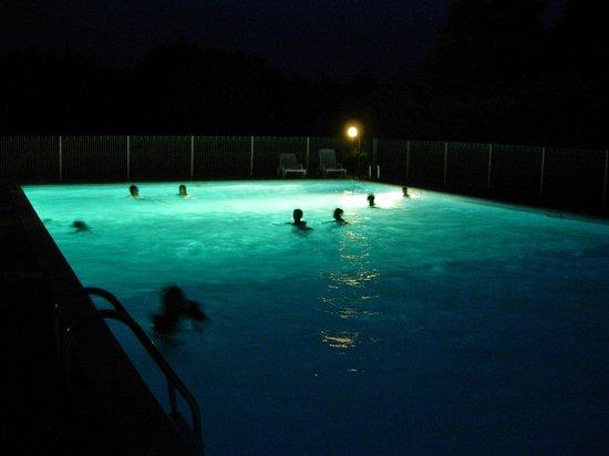 Camping La Porte d'Autan: Soirée nocture a la piscine